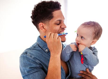 4 conseils pour aider les parents à gagner la bataille du brossage