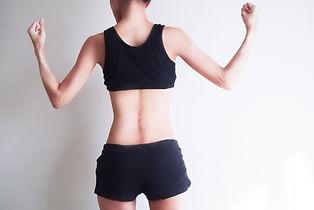 ピラティスのレッスンで身体を鍛えた女性