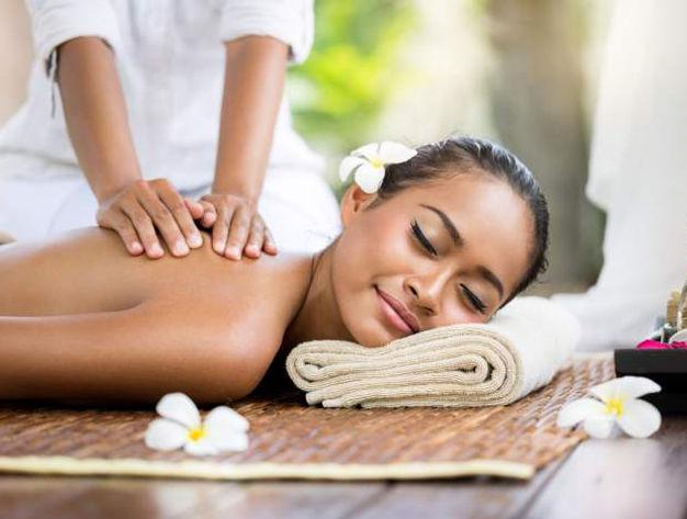 masseur en train d'éffectuer un massage Balinais au cabinet Health Garden Wellness de Genève