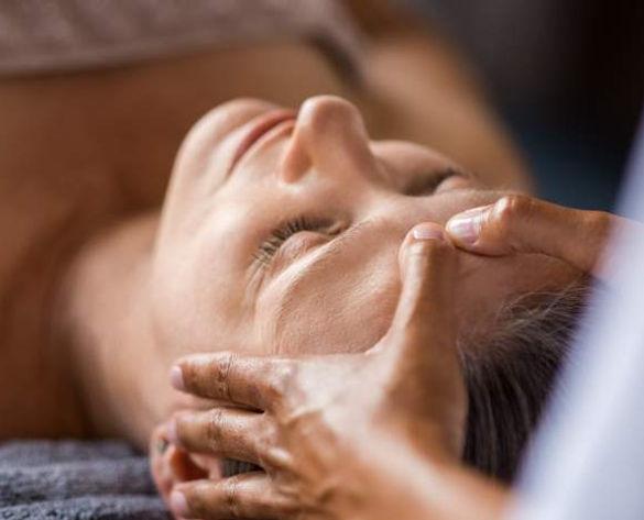 Femme reçevant des gestes techniques de thérapie Craniosacrale à Genève