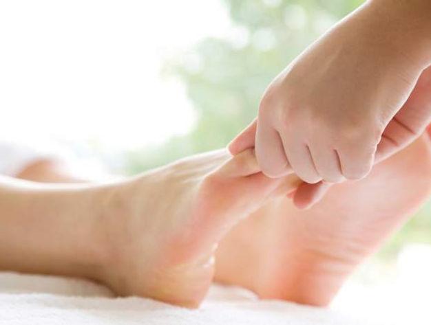 Thérapeute donnant un massage des pieds à une patiente à Genève