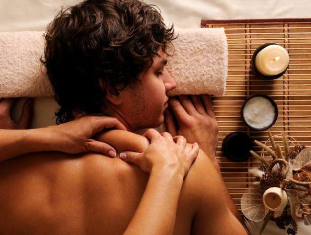 Jeune homme qui reçoit un massage relaxant à Genève
