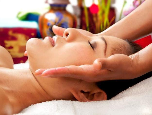 Thérapeute en train de réaliser un massage Skintao à Genève
