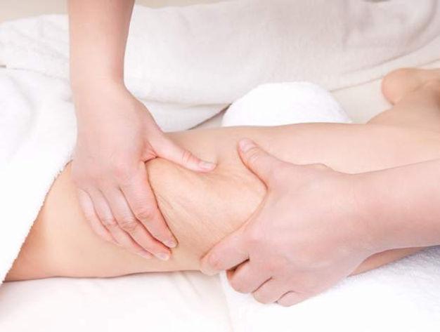 Masseur qui réalise un massage anti-cellulite au cabinet Health Garden Wellness de Genève