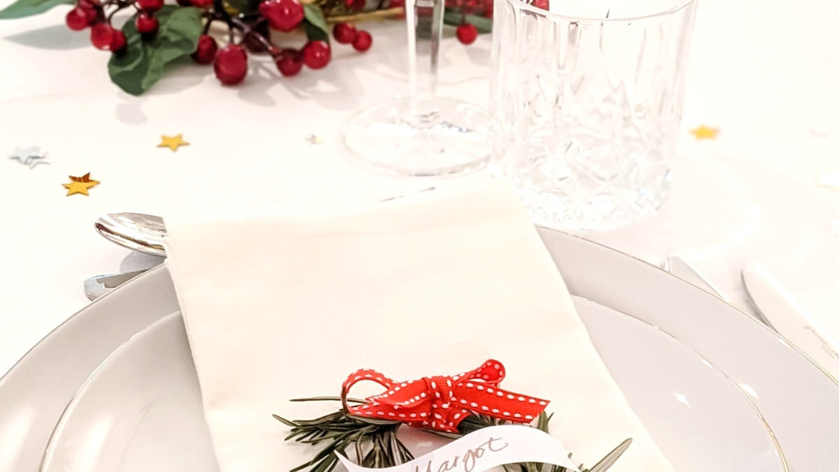 """BEAUTIFUL CHRISTMAS TABLE SETTINGS THAT WILL """"WOW"""" YOUR GUESTS"""