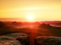 chauffez-la-terre-brumeuse-d-automne-dans-les-ombres-colorées-rouges-le-ravin-rocheux-complètement-du-brouillard-pourpre-