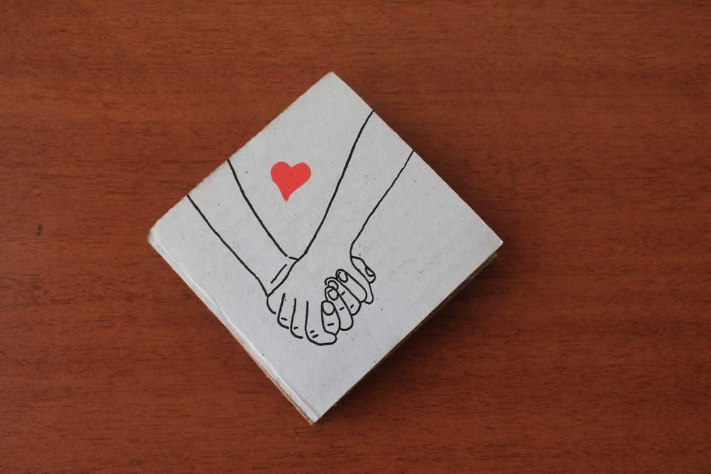 Memórias pontuais: capa da zine cartonera para quem celebra os amores