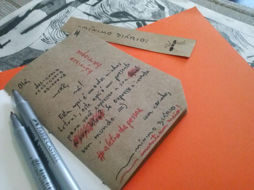 Livro re-escreve com miolo em papel kraft