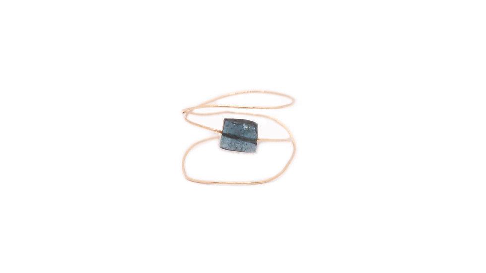Bague matissage - Tourmaline glissée sur fil d'or