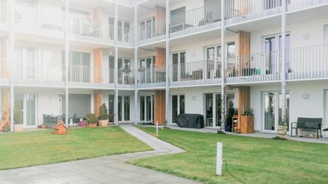 Barrierefreies Mehrfamilienwohnhaus mit begrünter Fassade