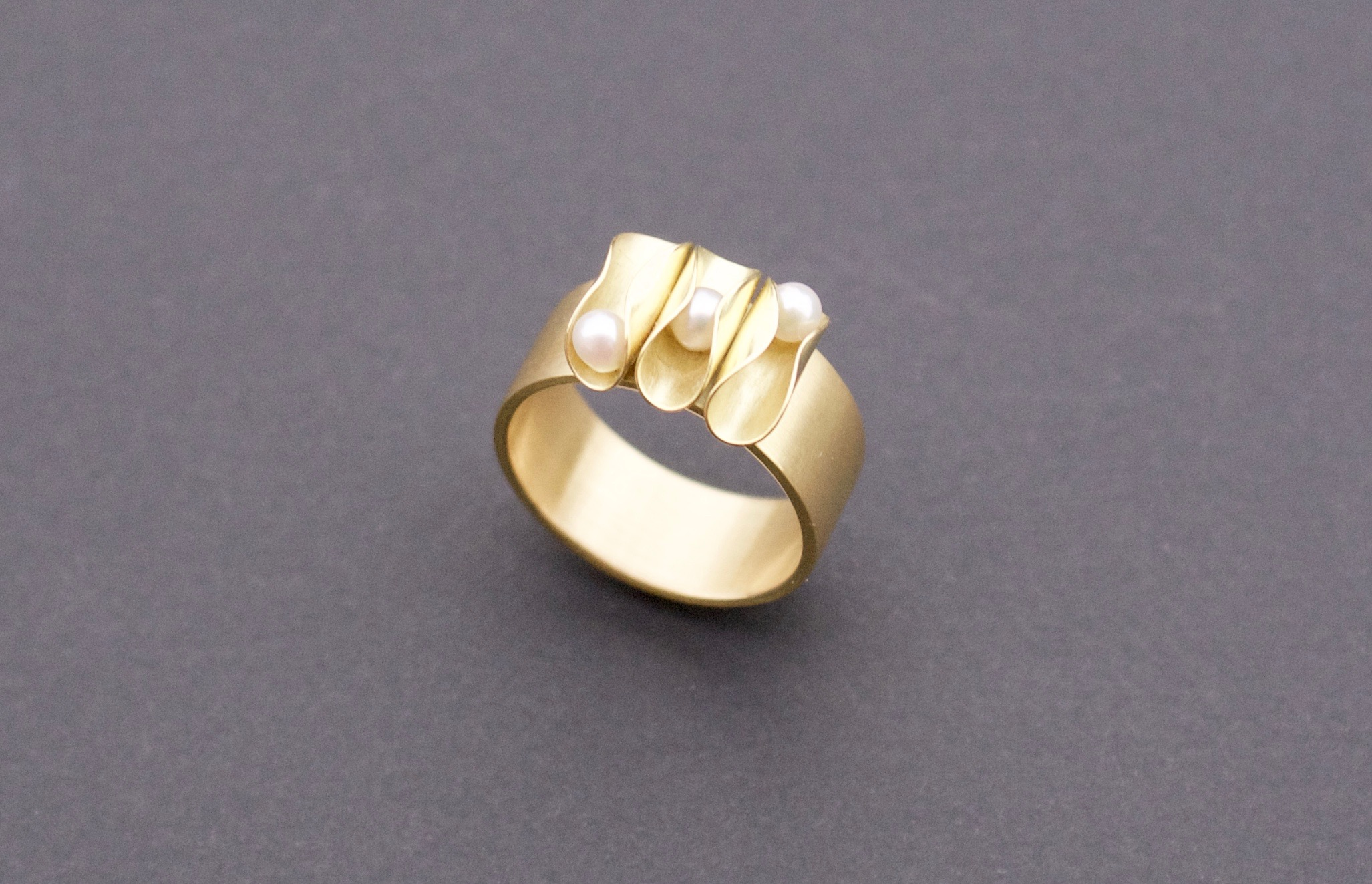 golden ring 18K with pearls : 900 €