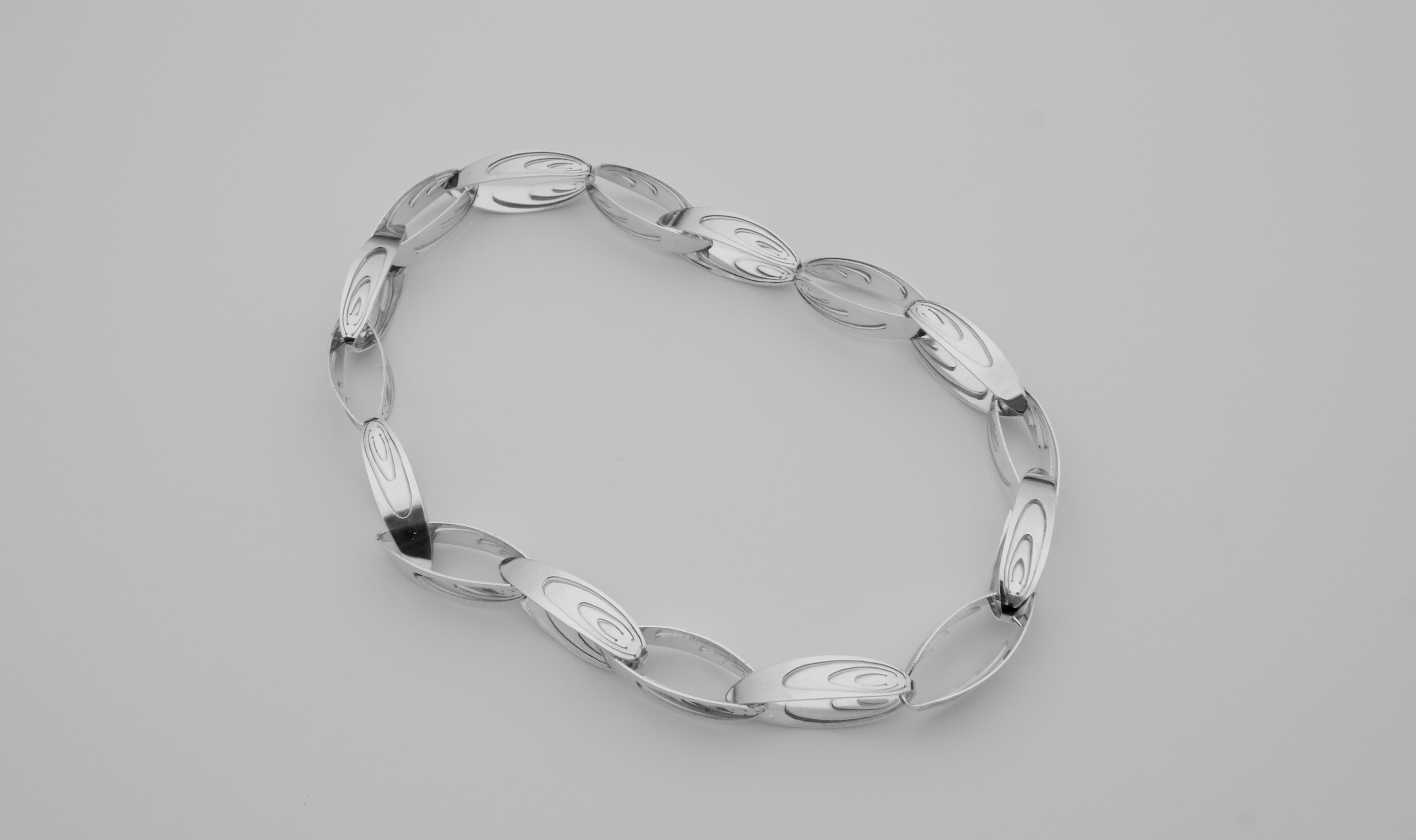 silver necklace : 750 €
