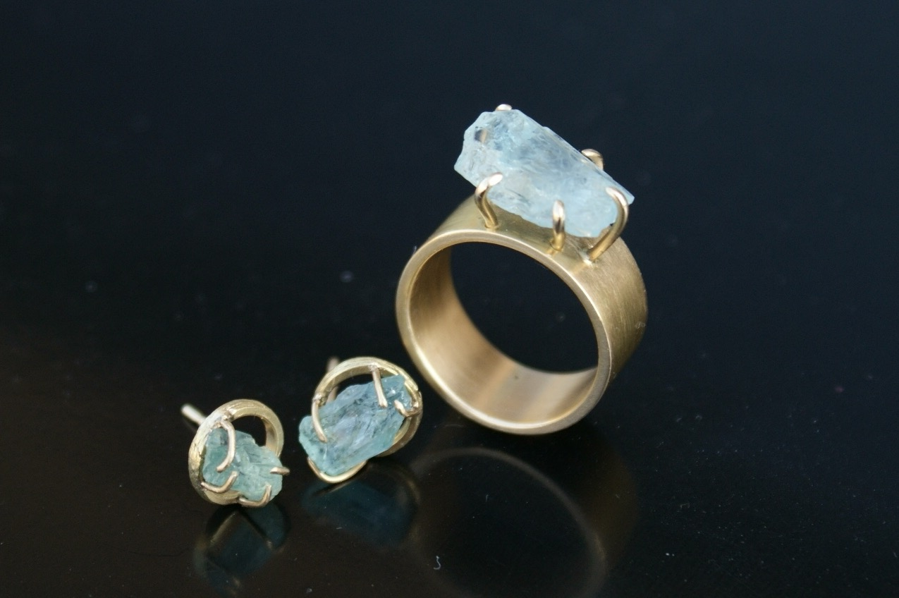 golden ring and earrings 18K with raw aquamarine : 1500 €