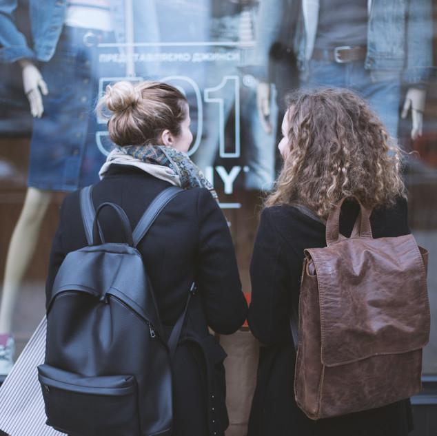 Flickor i framför SKYLTFÖNSTER