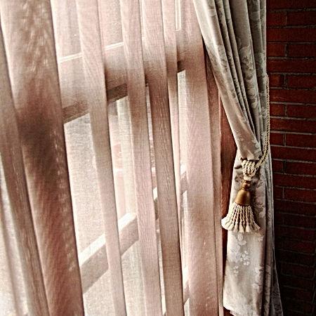 Detalle de cortina rizada con caídas