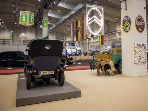 10HP Typ A 1921 und unser Neonschild