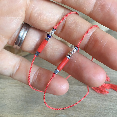 Bracelet avec bambou de mer sur soie.