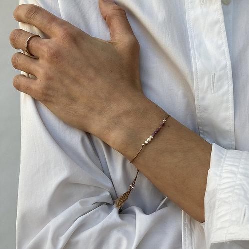 Bracelet rubis sur soie.