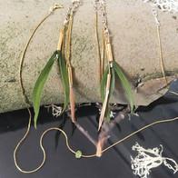 Boucles d'oreilles plumes vertes en argent doré.