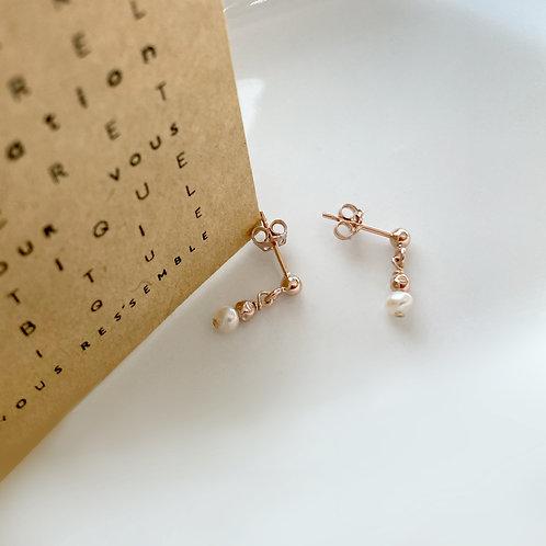 Boucles d'oreilles en perle blanche.