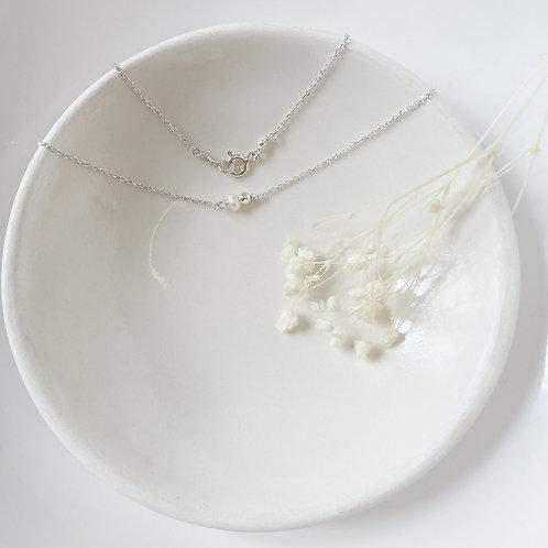 Collier en argent et une perle blanche.