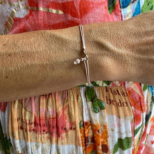 Bracelet minimaliste une perle sur soie.