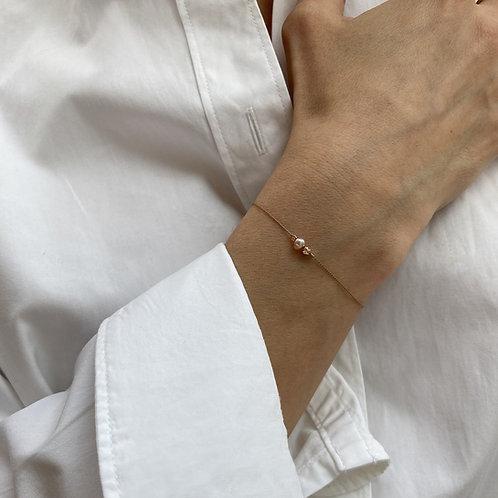Bracelet perle rose sur soie.