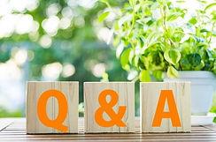 Q&Aの文字が書かれた木のブロック