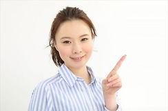 指を指し微笑む女性