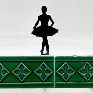 Station Opéra : des milliers de petites silhouettes pour illustrer les métiers de l'Opéra Garnier