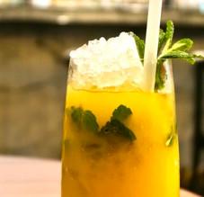 Les recettes de cocktails des grands palaces parisiens sans sortir de chez soi.