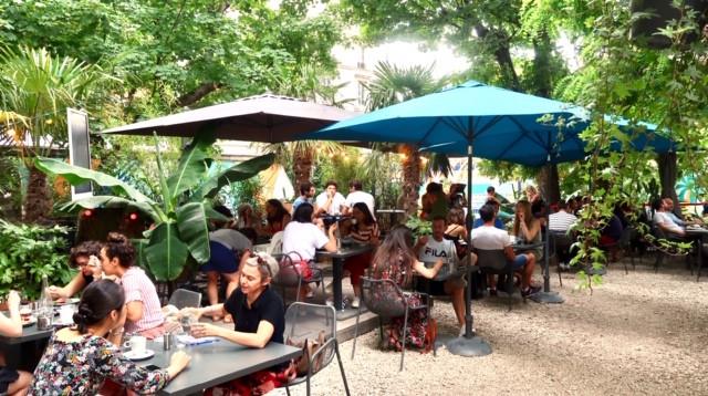Le bar BOMBAY SAPPHIRE à L'Eden Garden du Café A