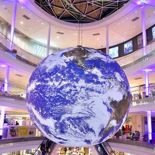 Beaugrenelle : GAÏA, une planète terre imaginée par Luke Jerram au coeur du centre commercial
