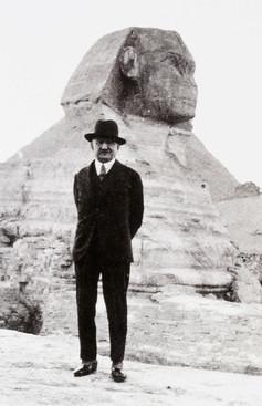 Gulbenkian visitou o Egipto em 1934 (14 de Janeiro a 8 de Fevereiro). Fotografado aqui junto da Piramides e da Grande Esfinge (21 de Janeiro).