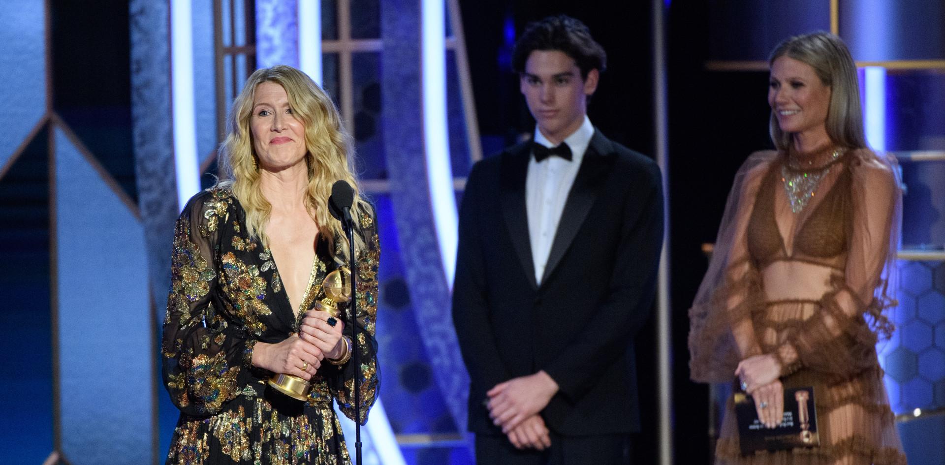 """Laura Dern recebendo o Golden Globe, como Melhor Actriz Secundária no Melhor Filme: """"Marriage Story"""", na cerimónia da entrega dos Globos de Ouro no 77th Annual Golden Globes Awards no Beverly Hilton em Beverly Hills, CA. Fotografia: HFPA Photographer."""