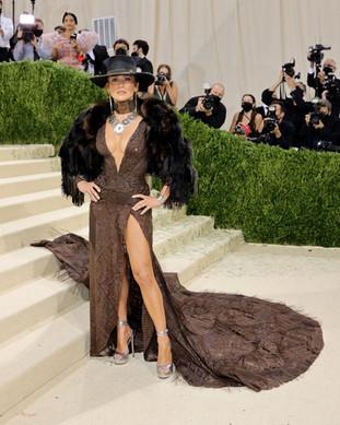 Jennifer Lopez com um vestido de inspiração Western de Ralph Lauren com um chapéu de cowgirl e com jóias Ralph Lauren de estilo Western.