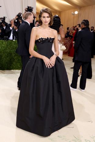 Kaia Gerber apresentou um modelo de pura elegância inspirado no look Met Gala de 1981 de Bianca Jagger, originalmente criado por Dior.  Gerber escolheu Oscar de la Renta para recriar o vestido preto sem alças com detalhes florais à volta do decote.