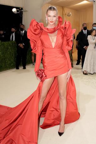 Karlie Kloss com e um deslumbrante vestido da Carolina Herrera e com joias de diamantes De Beers.