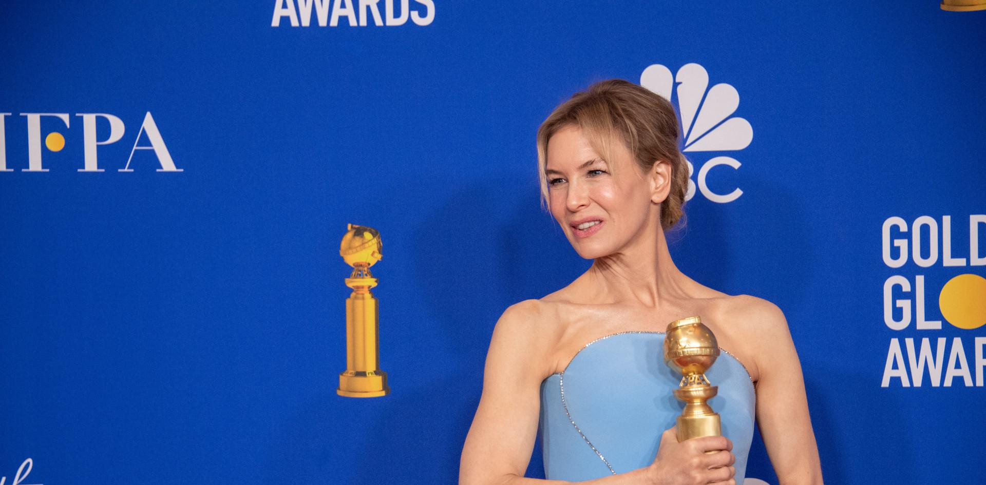 """A actriz Renée Zellweger com o Golden Globe, como Melhor Actriz – Drama pelo seu desempenho no Filme: """"Judy,"""" na Sala de Imprensa do 77th Annual Golden Globes Awards no Beverly Hilton em Beverly Hills, CA. Fotografia: HFPA Photographer."""