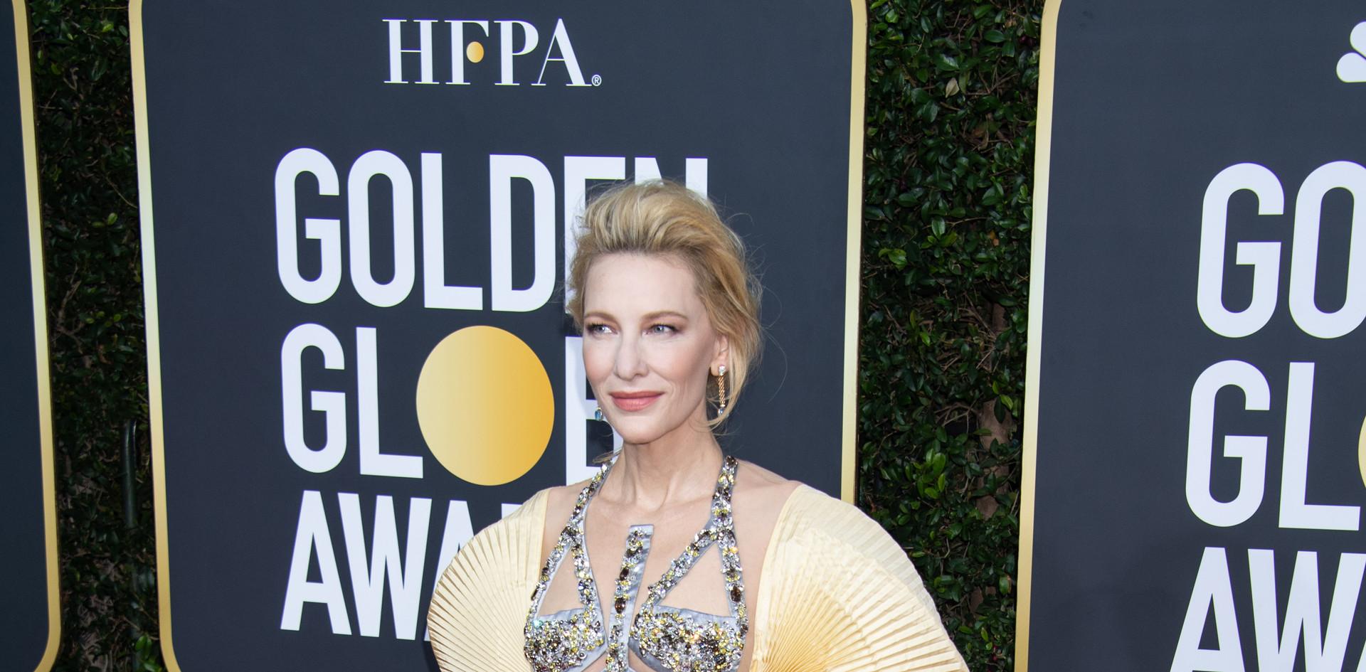 """Cate Blanchett, com um vestido Mary Katrantzou, sapatos Stuart Weitzman e brincos Pomellato.  Cate Blanchett nomeada para um Golden Globe, como Melhor Actriz – Comédia / Musical: """"Where'd You Go Bernadette?"""", na passadeira vermelha do 77th Annual Golden Globe Awards, no Beverly Hilton em Beverly Hills, CA. Fotografia: HFPA Photographer"""