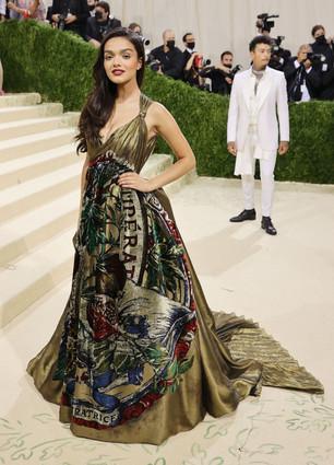 Rachel Zegler com um vestido Dior Haute Couture.