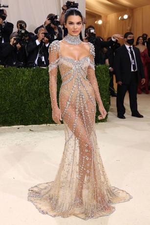 O vestido de Kendall Jenner, é uma visão moderna de Audrey Hepburn no filme My Fair Lady. Usou um look transparente Givenchy com um colar Eduardiano em platina e diamantes.