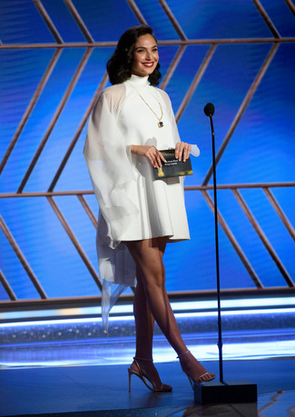 Gal Gadot com um modelo Givenchy apresenta o globo de ouro pelo Melhor Filme em Língua Estrangeira. No 78th Annual Golden Globe Awards no Beverly Hilton, em Beverly Hills, CA. Fotografia:  HFPA Photographer.