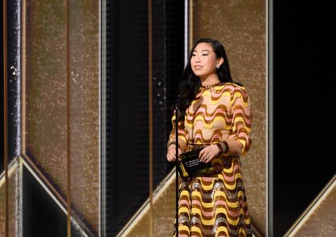 Awkwafina com um vestido comprido Gucci apresenta o globo de ouro pela melhor actuação, como Melhor Actor Comédia ou Músical no 78th Annual Golden Globe Awards no the Beverly Hilton, em Beverly Hills, CA. Fotografia: HFPA Photographer.