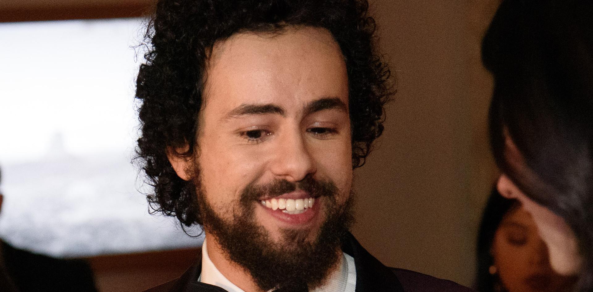 Ramy Youssef a gravar o seu Golden Globe na Sala do After Party Media (Festa depois da Entrega dos Golden Globes) do 76th Annual Golden Globes Awards no Beverly Hilton em Beverly Hills, CA. Photographer: HFPA Photographer