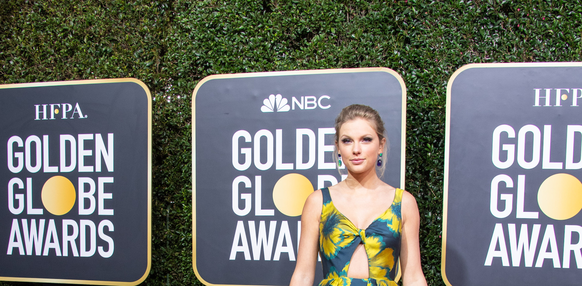 """Taylor Swift Taylor com um vestido comprido Etro Couture, sapatos Christian Louboutin e jóias Lorraine Schwartz   Taylor Swift foi nomeada para um Golden Globe, com a Melhor Canção Original: """"Beautiful Ghosts"""" no Filme:""""Cats"""", na passadeira vermelha do 77th Annual Golden Globe Awards, no Beverly Hilton em Beverly Hills, CA. Fotografia: HFPA Photographer."""