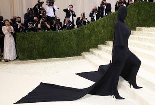 """Kim Kardashian explicou que o seu conjunto todo preto na verdade estava relacionado ao tema da noite, """"Na América: Um Léxico da Moda"""", ao contrário do consenso geral. Foi dito às estrelas que viessem com alta-costura que incorporasse a independência americana. Kim explicou o seu look num post com várias fotos dela dentro da vestimenta da grife Balenciaga, feitas antes, durante e depois do evento em Nova York. Ela então questionou na legenda do álbum com as imagens: """"O que é mais americano do que a uma camisa da cabeça aos pés?!"""""""