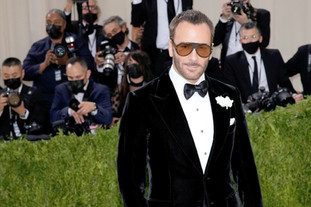 O estilista Tom Ford, que foi presidente honorário da Gala deste ano, com um casaco de veludo da marca Tom Ford.