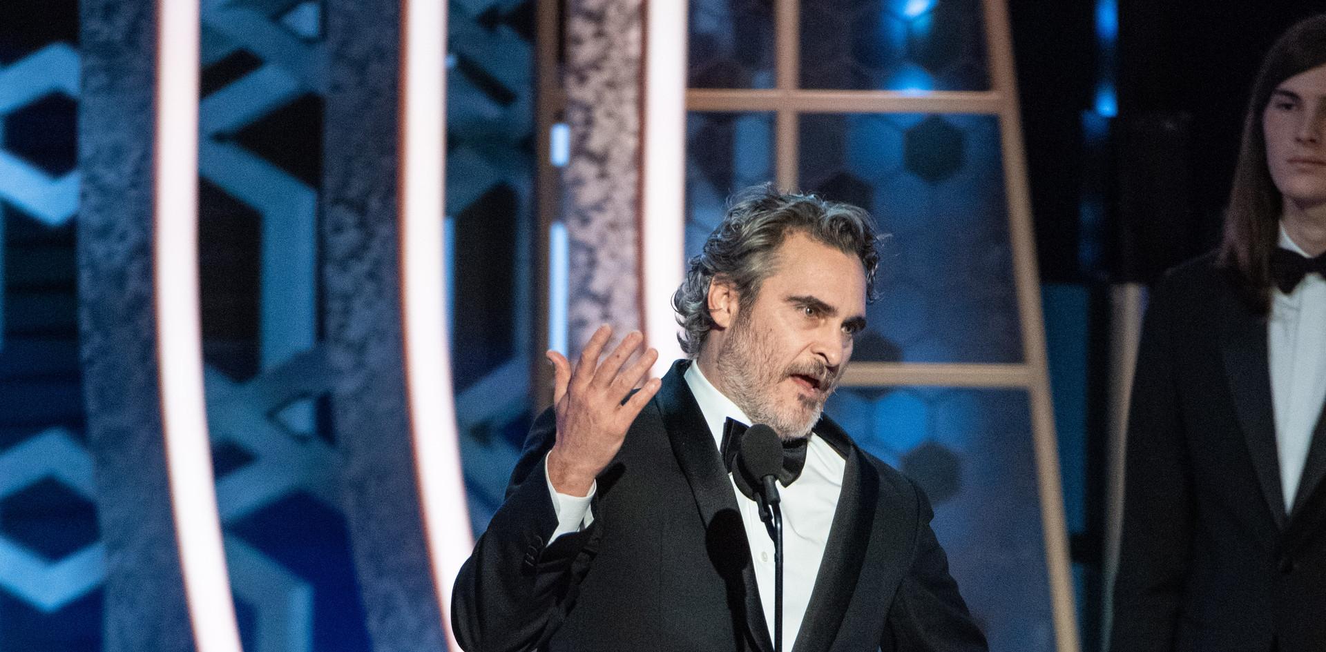 """Joaquin Phoenix recebendo o Golden Globe, como Melhor Actor no Filme-Drama:""""Joker"""", na cerimónia da entrega dos Golden Globes no 77th Annual Golden Globes Awards no Beverly Hilton em Beverly Hills, CA. Fotografia: HFPA Photographer."""