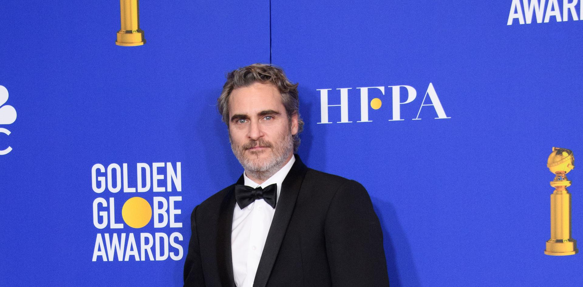 """Joaquin Phoenix com o Golden Globe, como Melhor Actor no Filme-Drama:""""Joker"""" na Sala de Imprensa do 77th Annual Golden Globes Awards no Beverly Hilton em Beverly Hills, CA. Fotografia: HFPA Photographer."""